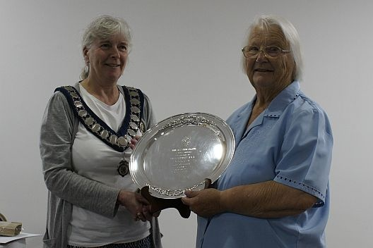 Alyson Bashford [L] presents the Wyvern Plate to Pat Pusill